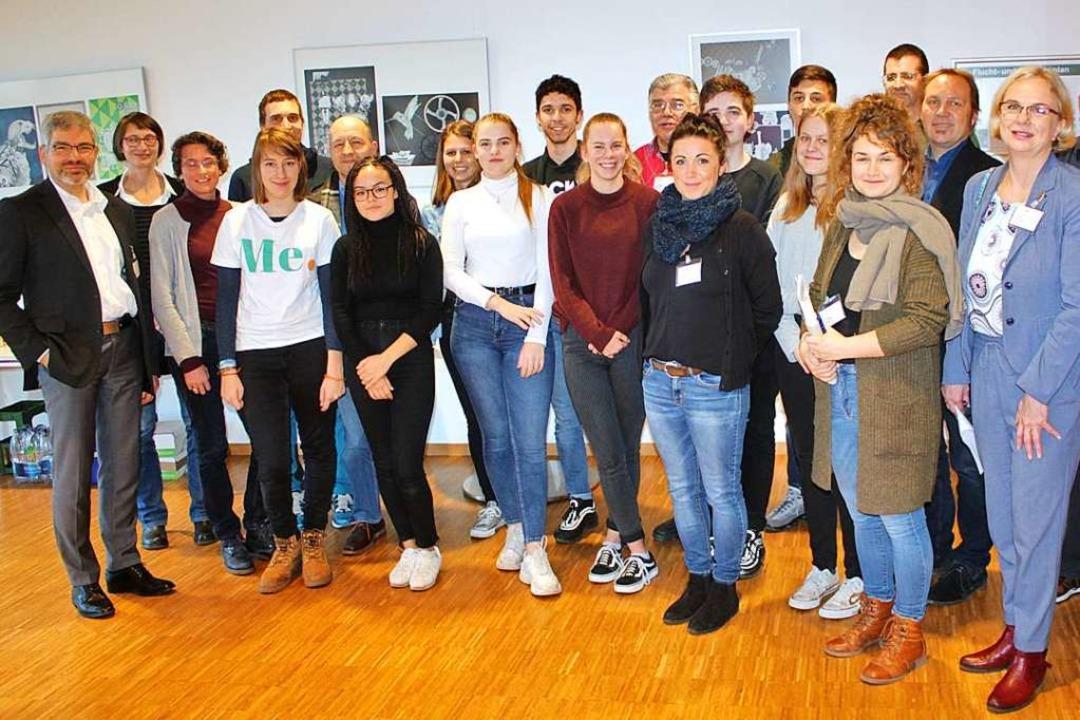 Die Partner der ersten Sozialpraktika ...und Schulleiter Frank Schührer (links)  | Foto: Rolf Reißmann