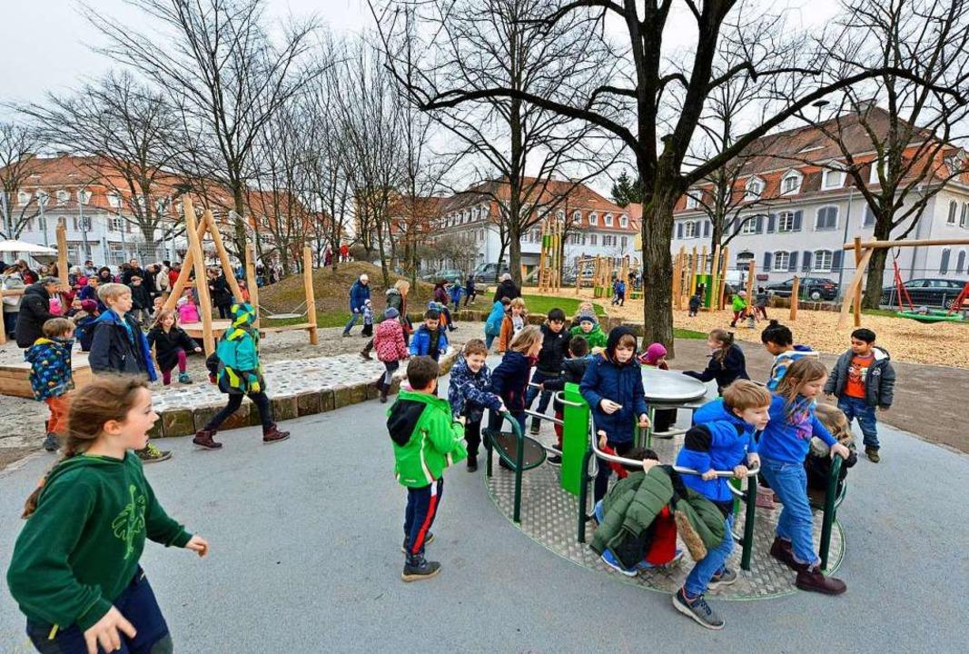 Zu den Besonderheiten des Spielplatzes...z gehört ein Rollstuhlfahrerkarussell.    Foto: Michael Bamberger