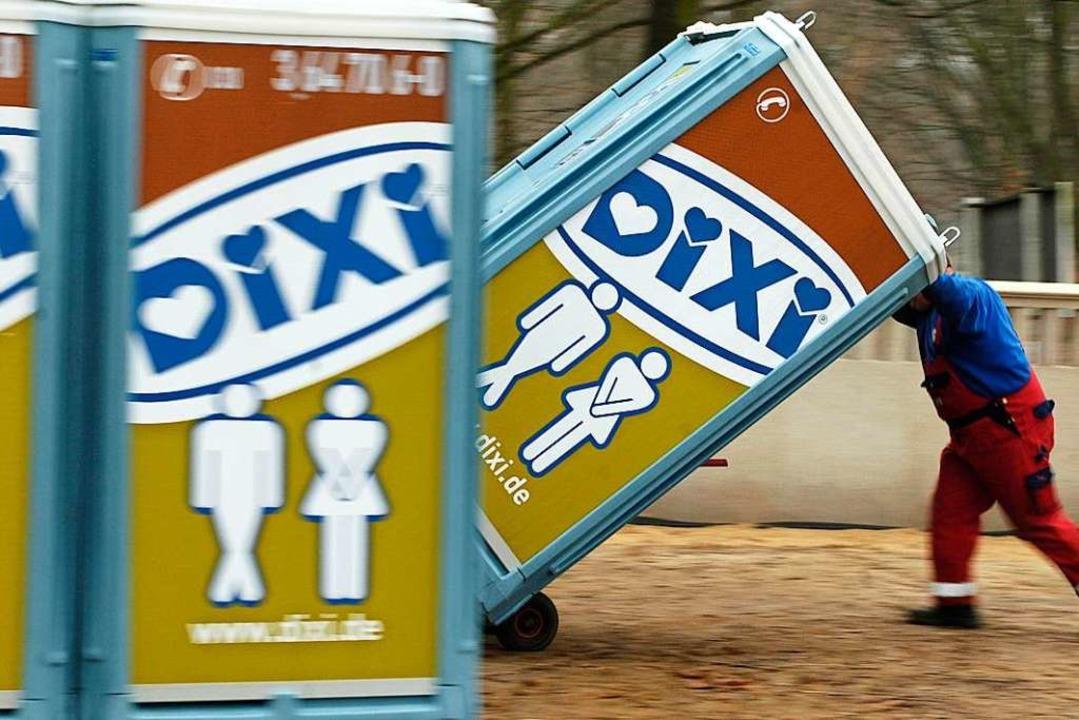 Ein Klohäuschen warfen die unbekannten Täter in die Wiese (Symbolbild).  | Foto: Verwendung weltweit, usage worldwide