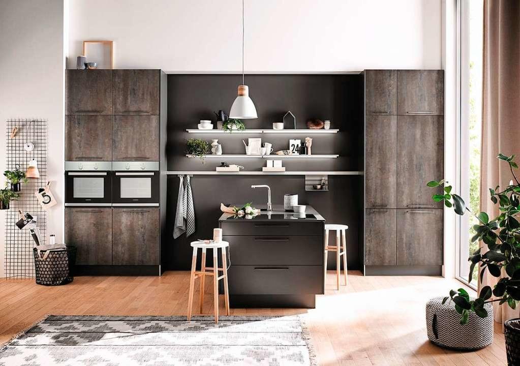 Dunkle und matte Küchenmöbel sind im T...tein-, Holz- oder wie hier Betonoptik.  | Foto: Fischer Küchen