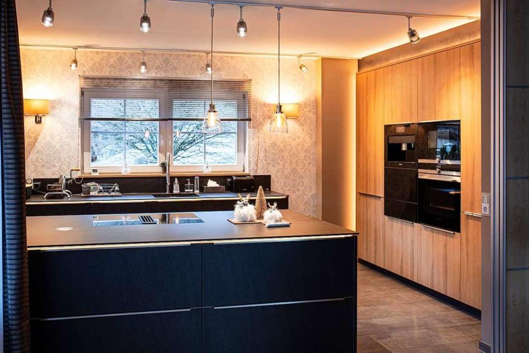 Indirekte Wohlfühlbeleuchtung und Wand...flächen und bieten jede Menge Komfort.  | Foto: Fischer Küchen