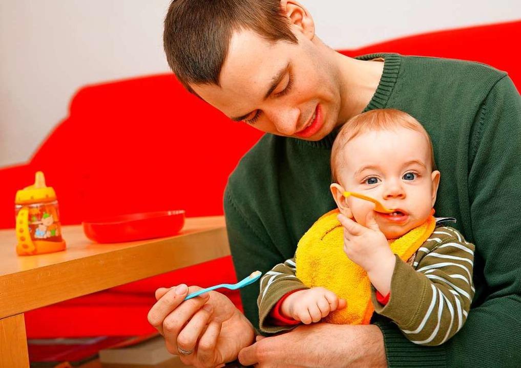 Die Rolle des Vaters wandelt sich: Vie... mehr Zeit mit den Kindern verbringen.  | Foto: Uwe Anspach