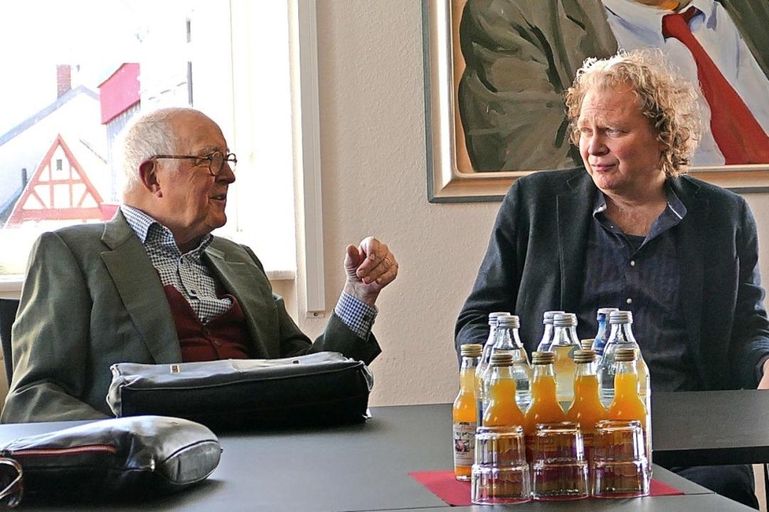 Der Jury-Vorsitzende Professor Klaus G...uerkennung an Peter Bosshart (rechts).  | Foto: Ralf Burgmaier