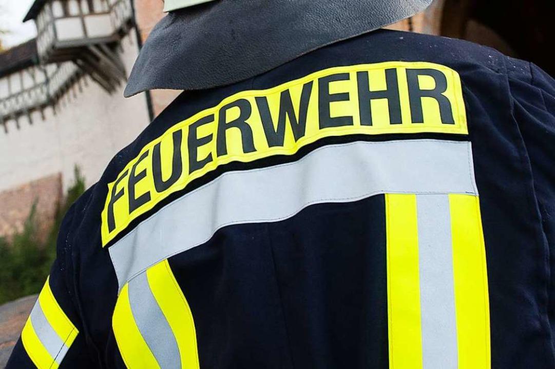 Beim Eintreffen von Feuerwehr und  Ret...uer bereits gelöscht war (Symbolbild).  | Foto: Swen Pförtner (dpa)