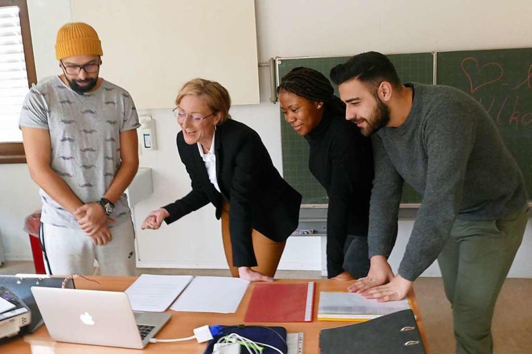 Schulleiterin Alexandra Gayart von der... von links) mit einigen ihrer Schüler.    Foto: Martin Wunderle