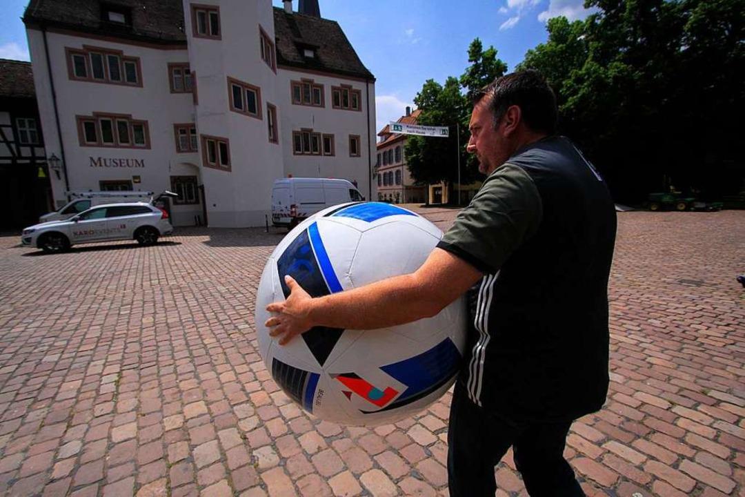 Veranstalter Christoph Römmler packt den Ball ein.  | Foto: Patrik Müller