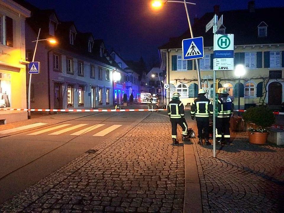 Wegen einer überiechenden Flüssigkeit ...atz, die Hauptstraße wurde abgesperrt.  | Foto: Lenke