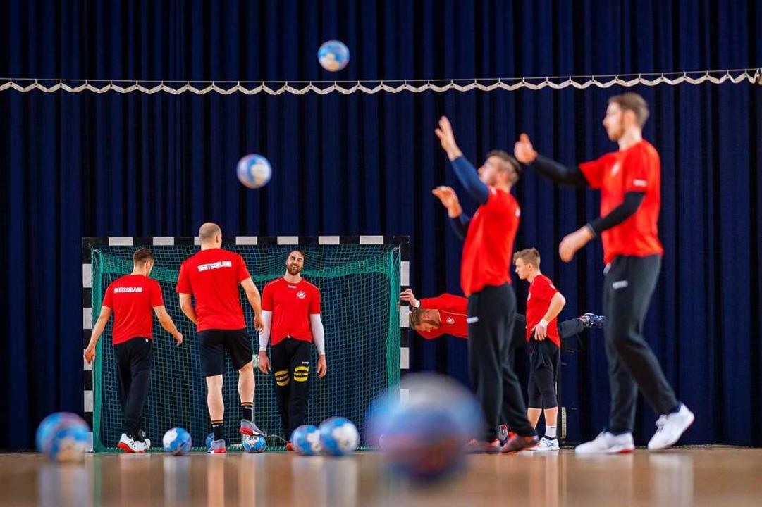 Die deutschen Handballer beim Training... der EM-Hauptrunde gegen Weißrussland.  | Foto: Sascha Klahn (dpa)