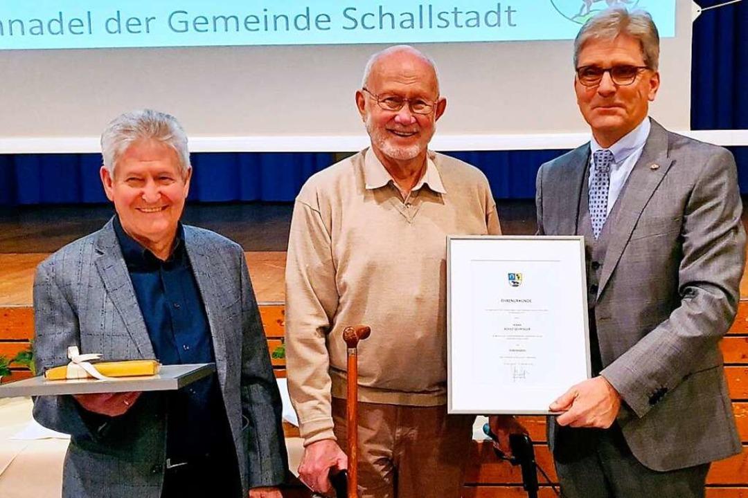 Bürgermeister Jörg Czybulka verleiht d...e Ehrennadel der Gemeinde Schallstadt.  | Foto: Julius Wilhelm Steckmeister