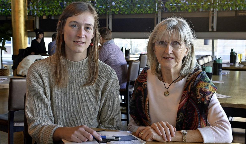 Natalie Broschat (links) hat die Veran...s für pflegende Angehörige übernommen.  | Foto: Ingo Schneider
