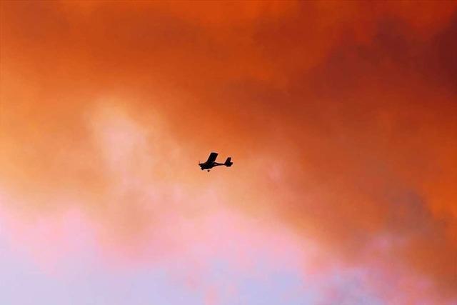 Flugzeug fliegt beim Lehener Bergle in den Sonnenuntergang