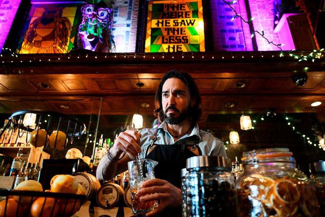 Ein Barkeeper bereitet in der Owl Bar in Baltimore einen Drink zu.     Foto: ANDREW CABALLERO-REYNOLDS (AFP)