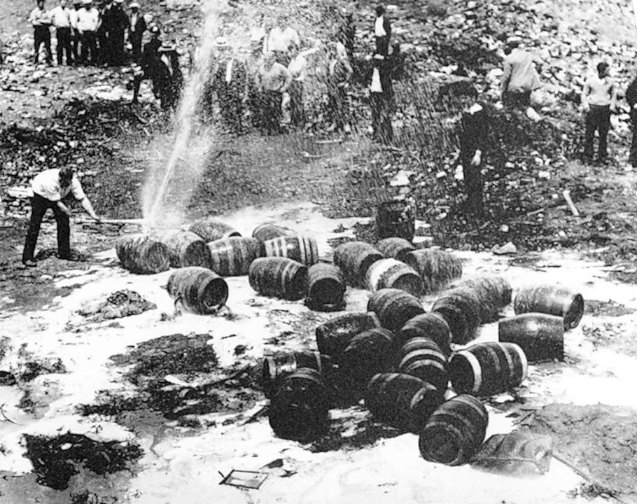 Bierfässer werden in der Prohibitionsz...üllkippe in New York City zerstört.       Foto: Uncredited (dpa)