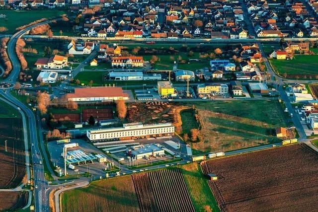Erstes Gebäude der neuen Bungalow-Feriensiedlung im Leimenfeld steht