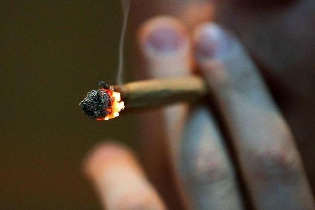 65-Jähriger raucht angetrunken Gras im Auto
