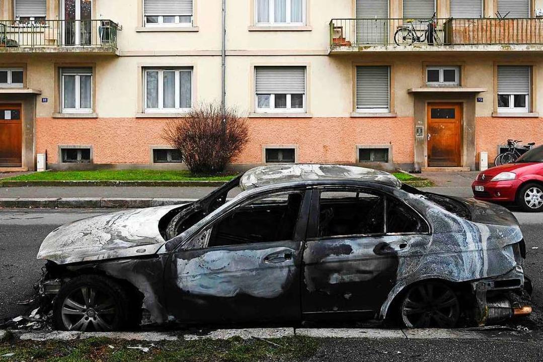 In der Silvesternacht  im Straßburger Stadtteil Neuhof ausgebranntes Auto    Foto: FREDERICK FLORIN (AFP)
