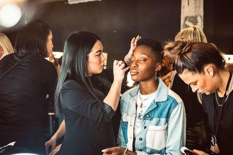 15 Minuten dauerte die Show in der Konstanze Maager, die einen Laden in Staufen betreibt, ihre Modelinie auf der Berliner Fashionweek präsentierte. (Foto: Björn Sum)