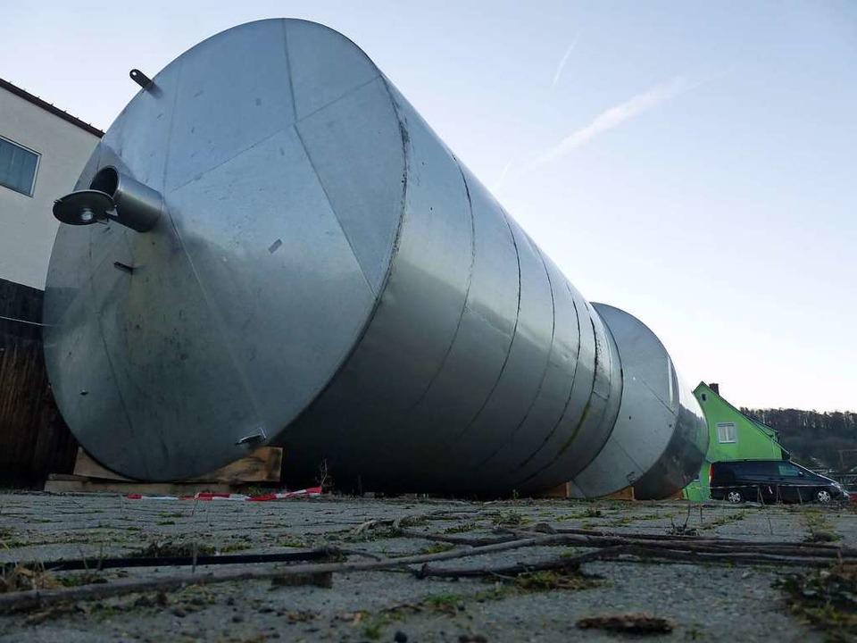 Nicht erschrecken, wenn Ihnen diese zw...er zum Breisacher Hafen transportiert.  | Foto: Andrea Gallien