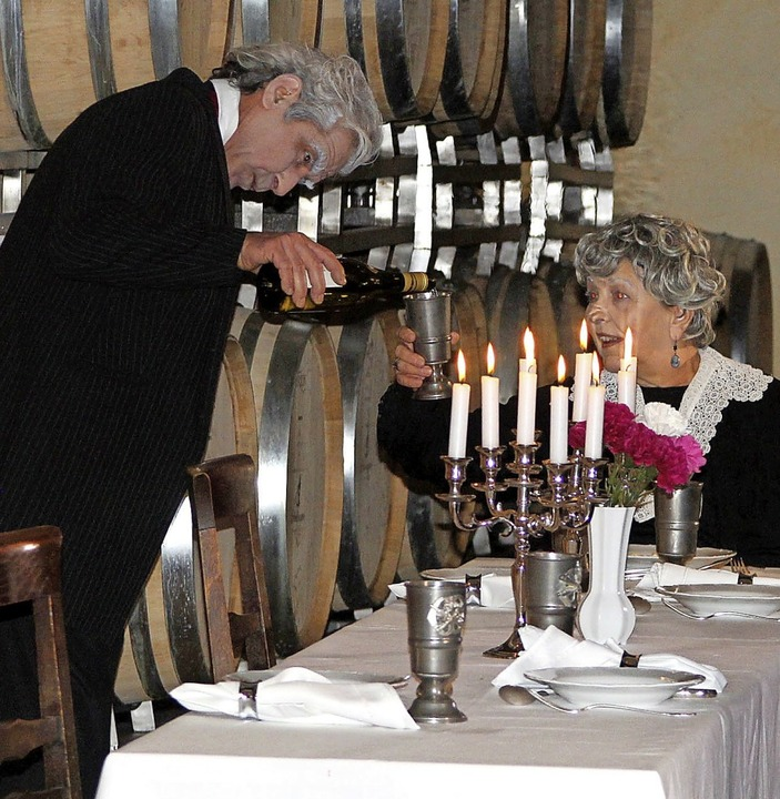 Diener Erwin fällt es zunehmend schwer...äulein Sophie den Wein einzuschenken.     Foto: Herbert Trogus