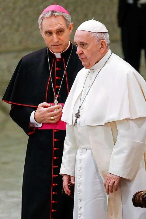 Kurienerzbischof Georg Gänswein mit Papst Franziskus  | Foto: Alessandra Tarantino (dpa)