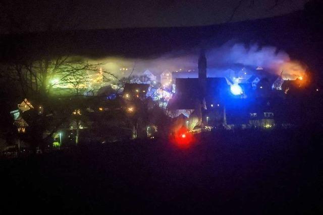 Werkstatt in Ebringen brennt aus – Feuerwehr muss zwei Mal löschen