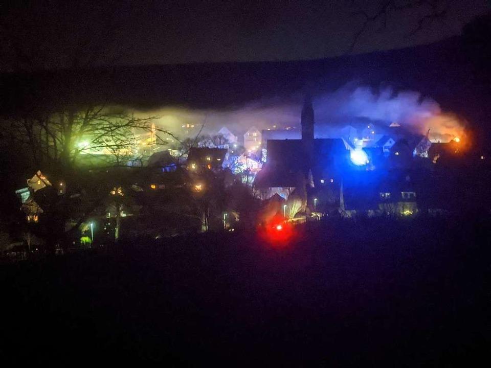 23 Uhr am Donnerstagabend: Die Rauchfa...nwerfern der Feuerwehr erleuchtet ist.  | Foto: Yann Schüler