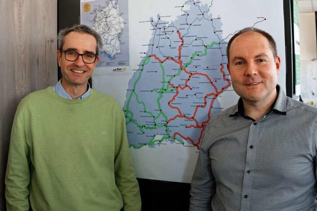 Dirk Andres (links) und der Leiter der...die aus Freiburg gesteuerten Strecken.  | Foto: Martin Wendel