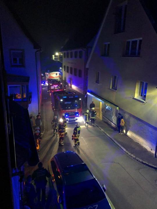 23 Uhr am Donnerstagabend: Die Rauchfa...nwerfern der Feuerwehr erleuchtet ist.  | Foto: Feuerwehr Ebringen