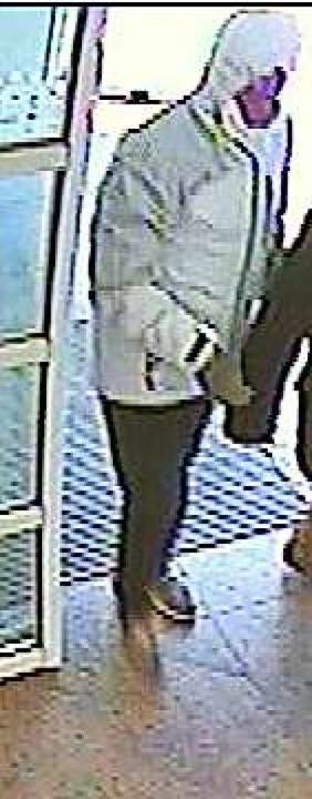 Der Tatverdächtige beim Betreten der Bank  | Foto: Polizei