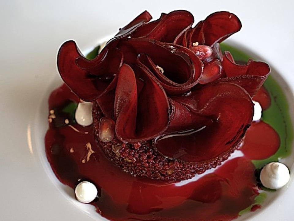 Die Vorspeise ist fast schon ein Kunst...se aus Roter Bete, Couscous, Joghurt    | Foto: Stephan Elsemann