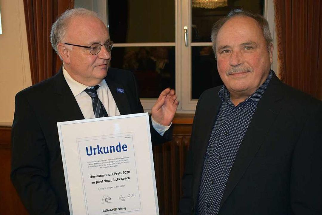 Axel Kremp , Leiter der BZ-Redaktion B...Urkunde zum Hermann-Stratz-Preis 2020.  | Foto: Krug