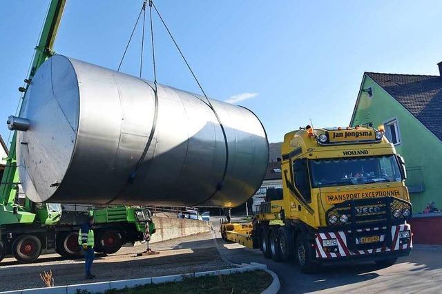Riesen-Weintanks werden von Pfaffenweiler in die Niederlande transportiert