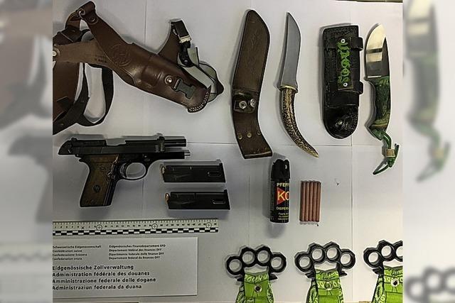 Mit Waffen im Gepäck erwischt