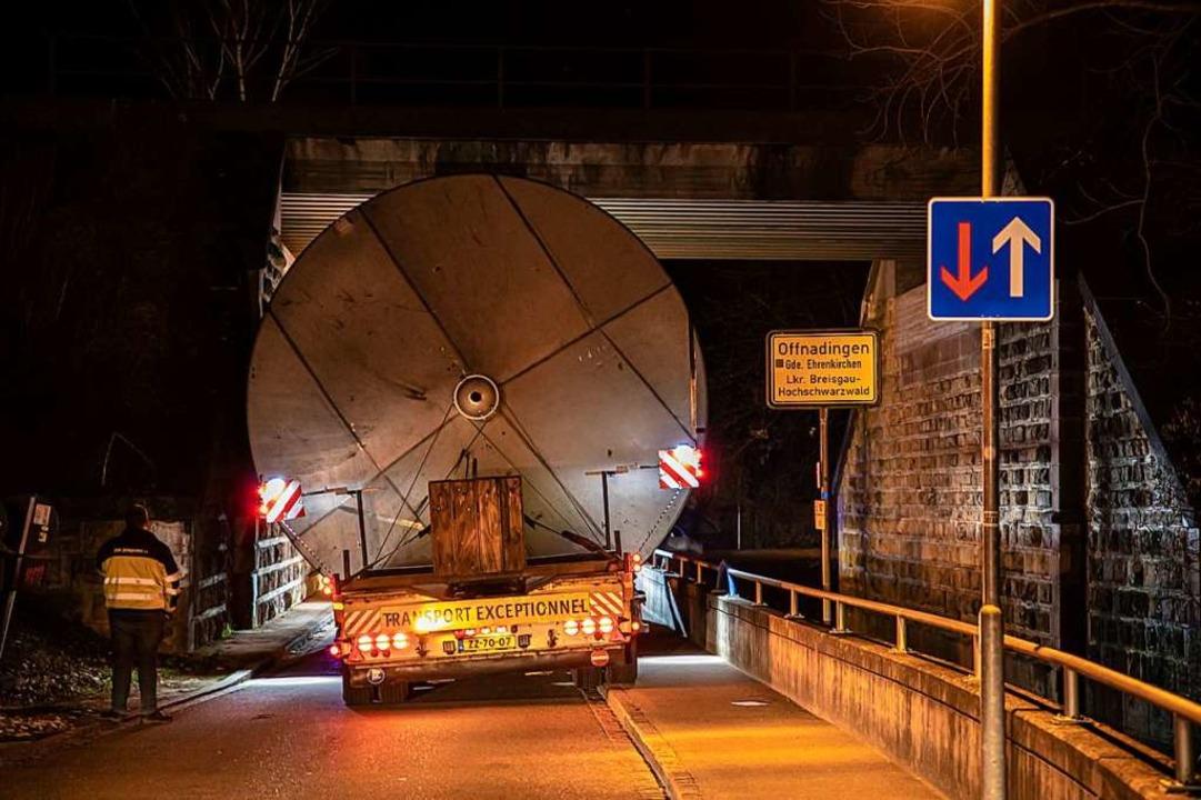 Nadelöhr Offnadingen: Der Tank passt gerade so unter der Brücke durch.  | Foto: Hubert Gemmert