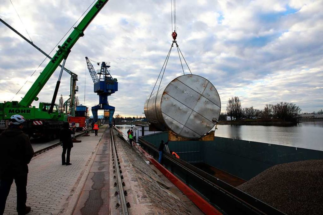 Der Tank wird verschifft.  | Foto: Hubert Gemmert