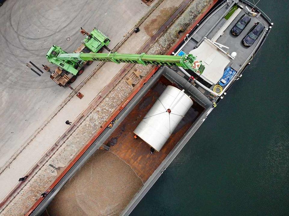 Kran, Schiff und Tank aus der Vogelperspektive  | Foto: Patrik Kerber