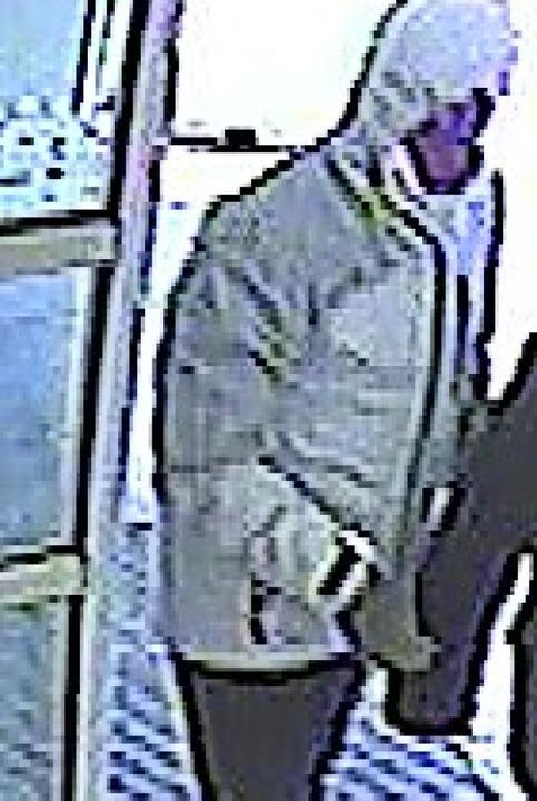 Der Tatverdächtige beim Betreten der B...Rechts: Eine Jacke wie diese trug er.   | Foto: Polizei