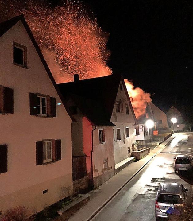 Weithin sichtbar loderten in Ebringen ...im Brand im Gebäude einer Schreinerei.  | Foto: Feuerwehr Ebringen
