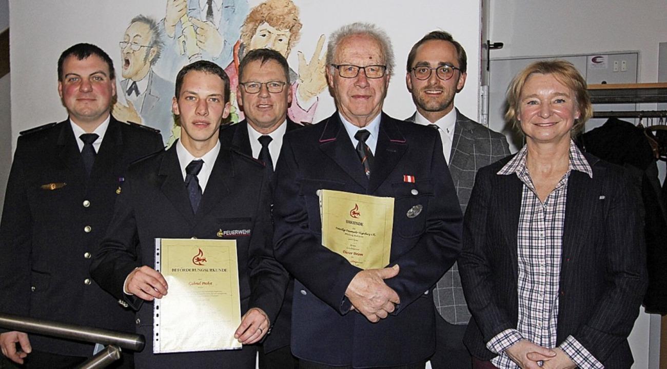 Ortsvorsteherin Alexandra Brecher, Bür...inks) ehrten zwei Feuerwehrkameraden.   | Foto: Herbert Trogus