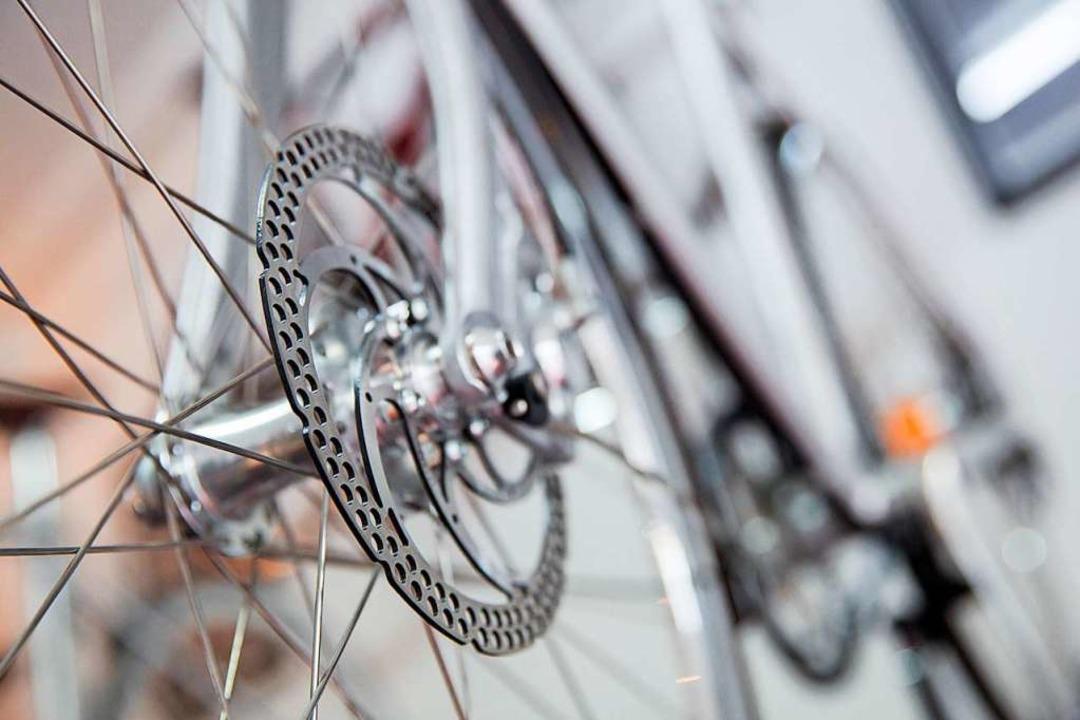 Ein Radfahrer ist mit dem Hinterrad am...Jährigen hängen geblieben (Symbolfoto)  | Foto: Florian Schuh (dpa)