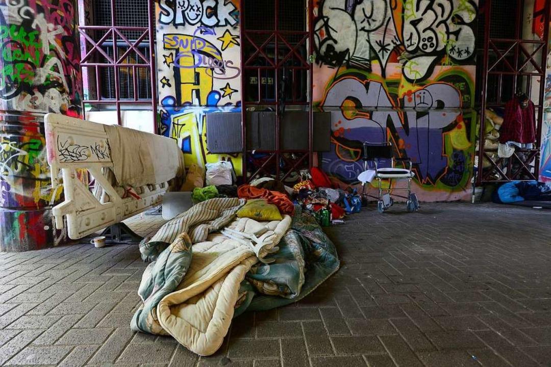 Schlafplatz eines Obdachlosen unter der Leo-Wohleb-Brücke in Freiburg    Foto: Ingo Schneider