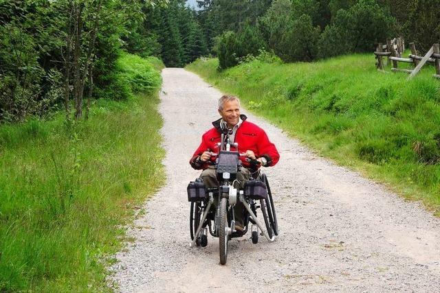 Hans-Peter Matt zeigt, wo man auch mit Rollstuhl wandern kann