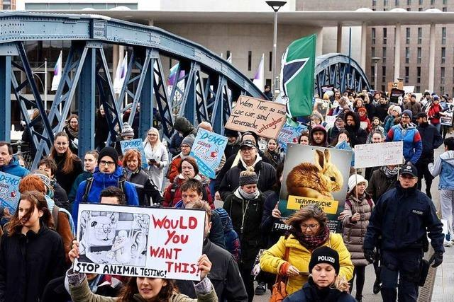 Knapp 300 Tierversuchsgegner demonstrieren in Freiburg