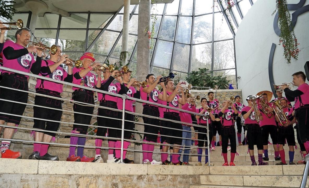 Für eine knackige Eröffnung in Pink so...Bürgermeister von Badenweiler schritt.    Foto: Silke Hartenstein