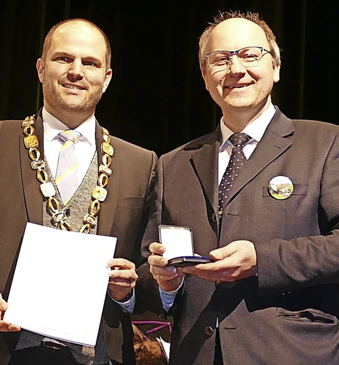 Bernd Wintermantel (r.) erhielt von OB... Silberne Verdienstmedaille der Stadt.    Foto: Sylvia Sredniawa
