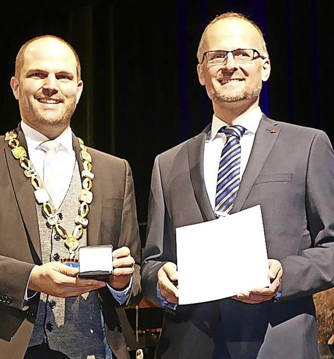 Andreas Haasis-Berner durfte sich eben...ne Verdienstmedaille der Stadt freuen.    Foto: Sylvia Sredniawa