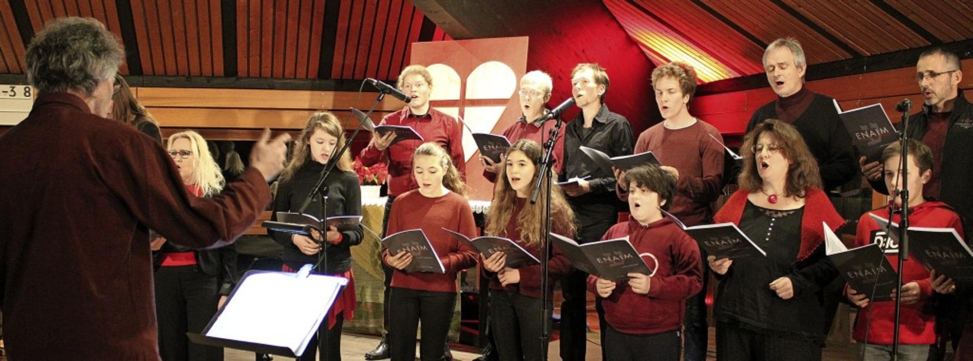 Der Projektchor unter der Leitung von ... fünf Proben mit schwungvollem Gesang.  | Foto: Annika Sindlinger