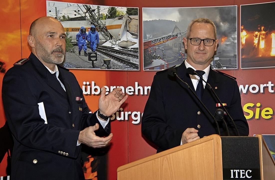 Als Abteilungskommandant mit großer Me...olger Höfflin (links) gratulierte ihm.  | Foto: Volker Münch