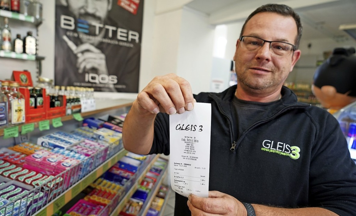 Günther Czutka vom Kiosk in Wehr zeigt...apier gedruckte Belege ausgeben muss.   | Foto: Verena Wehrle