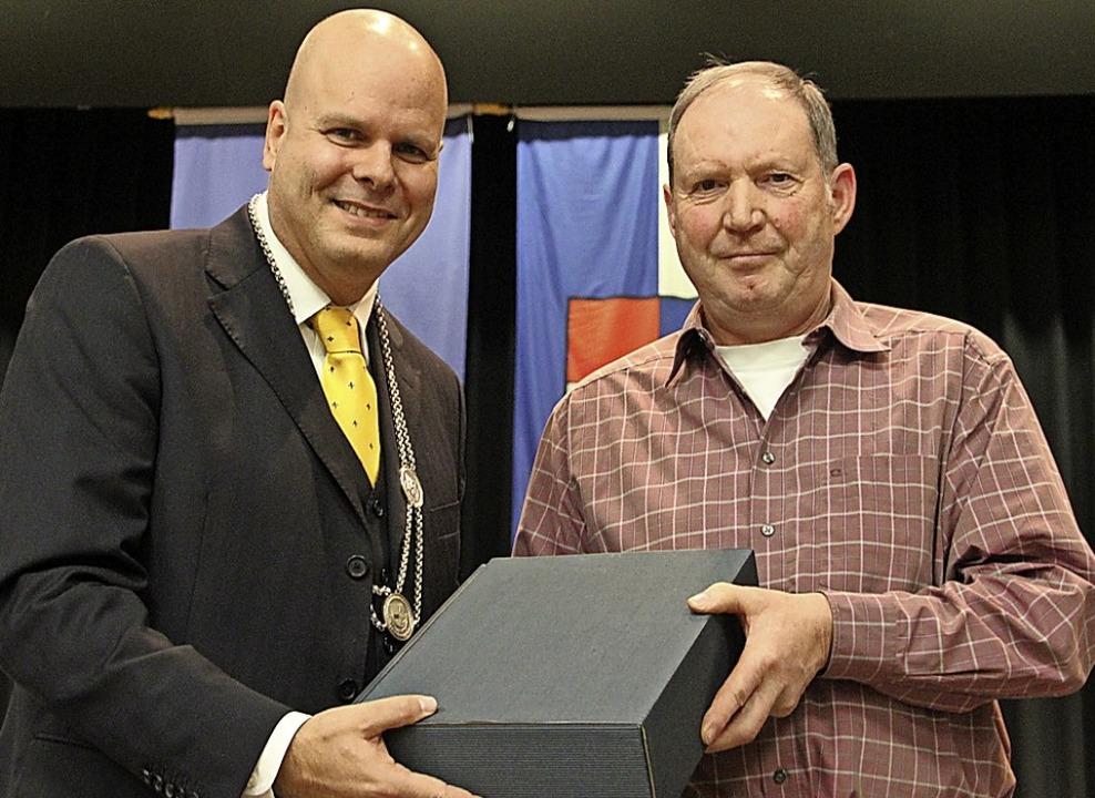 Bürgermeister Jürgen Louis ehrt Otto Früh (rechts)  für 100 Blutspenden.  | Foto: Werner Schnabl